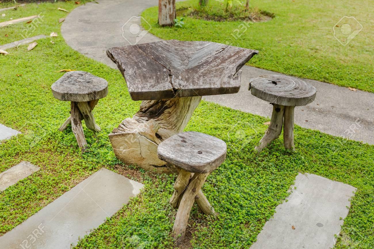 Ancienne table en bois dans le jardin d\'actualité