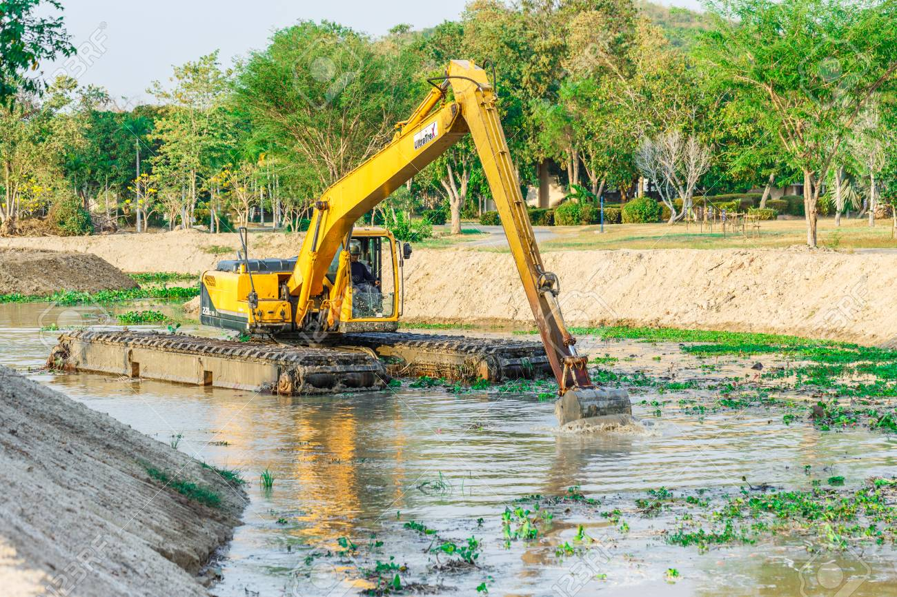 CHONBURI , THAILAND - MARCH 24 ,2016 : The dirty backhoe working