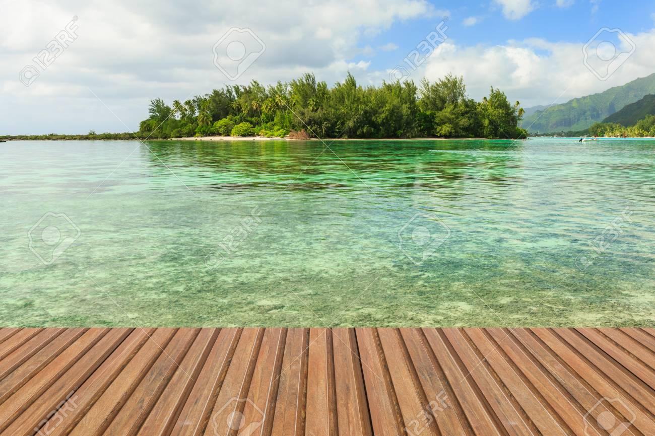 Terraza De Madera Sobre El Mar Azul Y El Fondo De La Playa Isla Tropical