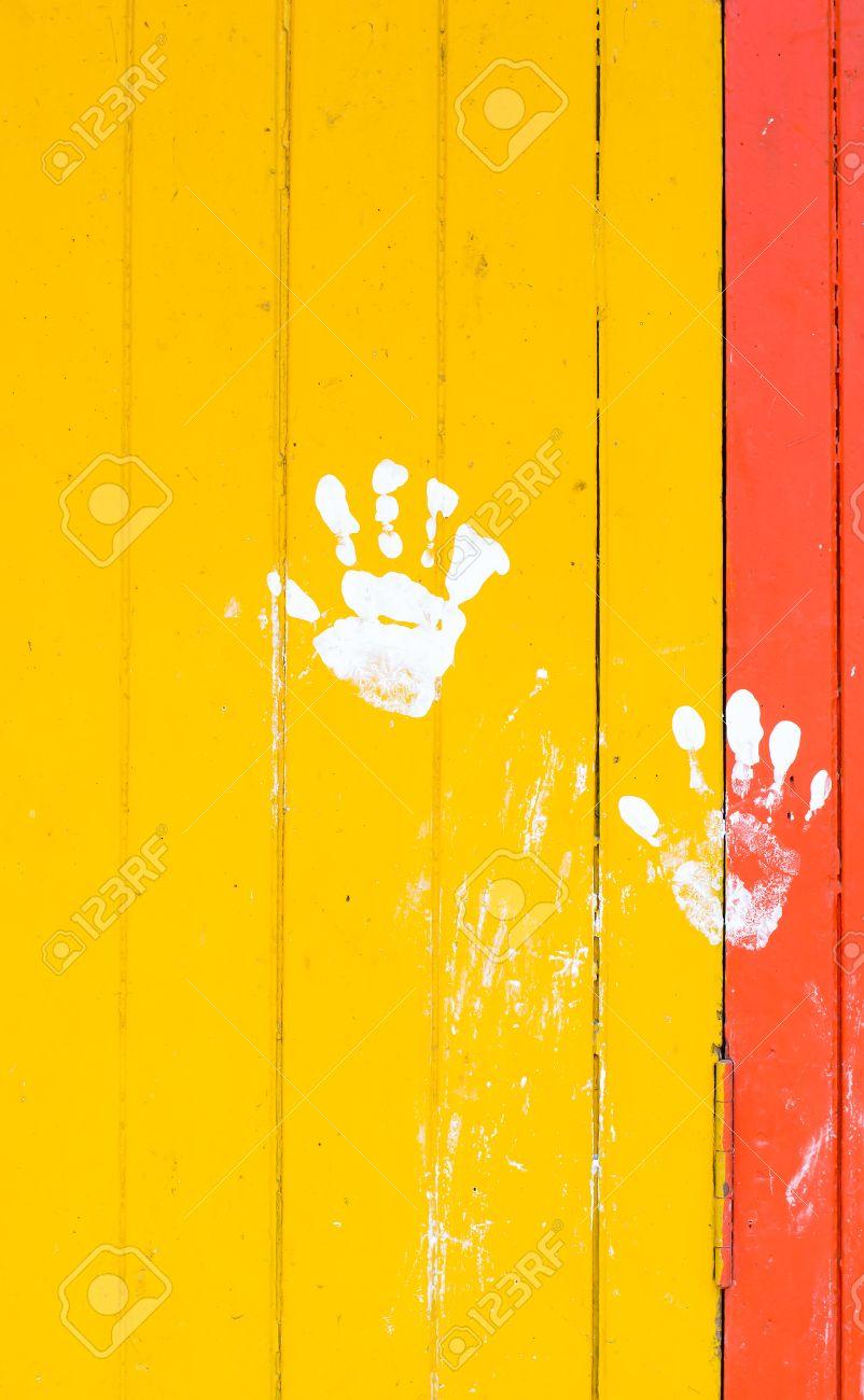 Peinture Blanche à La Main Sur Le Rouge Planche Jaune Mur Fond