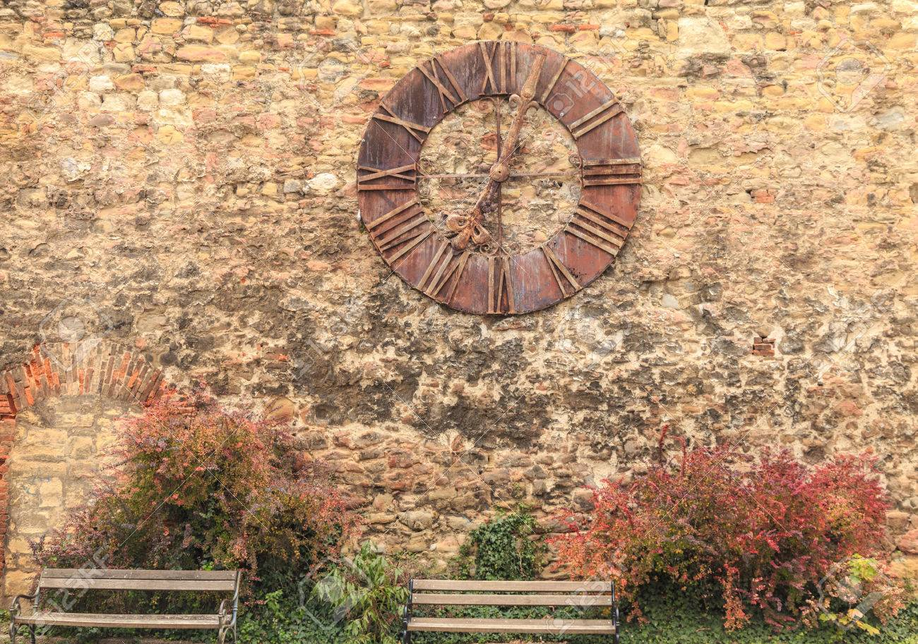 Reloj De La Catedral De Zagreb Que Dejo De Funcionar Despues De La Gran Terremoto De Noviembre De 1880 09 A Las 7 Horas 3 Minutos Y 3 Segundos Con Bancos De