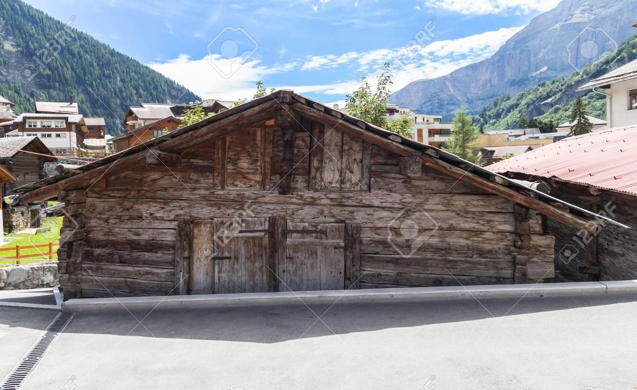 Case Di Montagna In Legno : Abbandonata vecchia casa di legno montagna foresta di pini e cielo