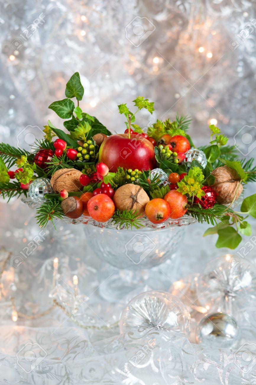Weihnachtliche Tischdekoration Mit Obst Nusse Tannenzweige
