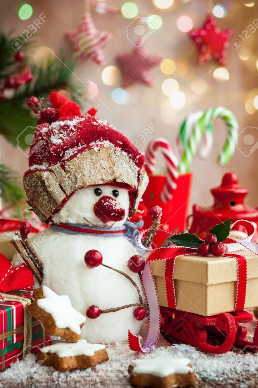 Schneemann, Weihnachtsgeschenke Und Süßigkeiten über Holzuntergrund ...