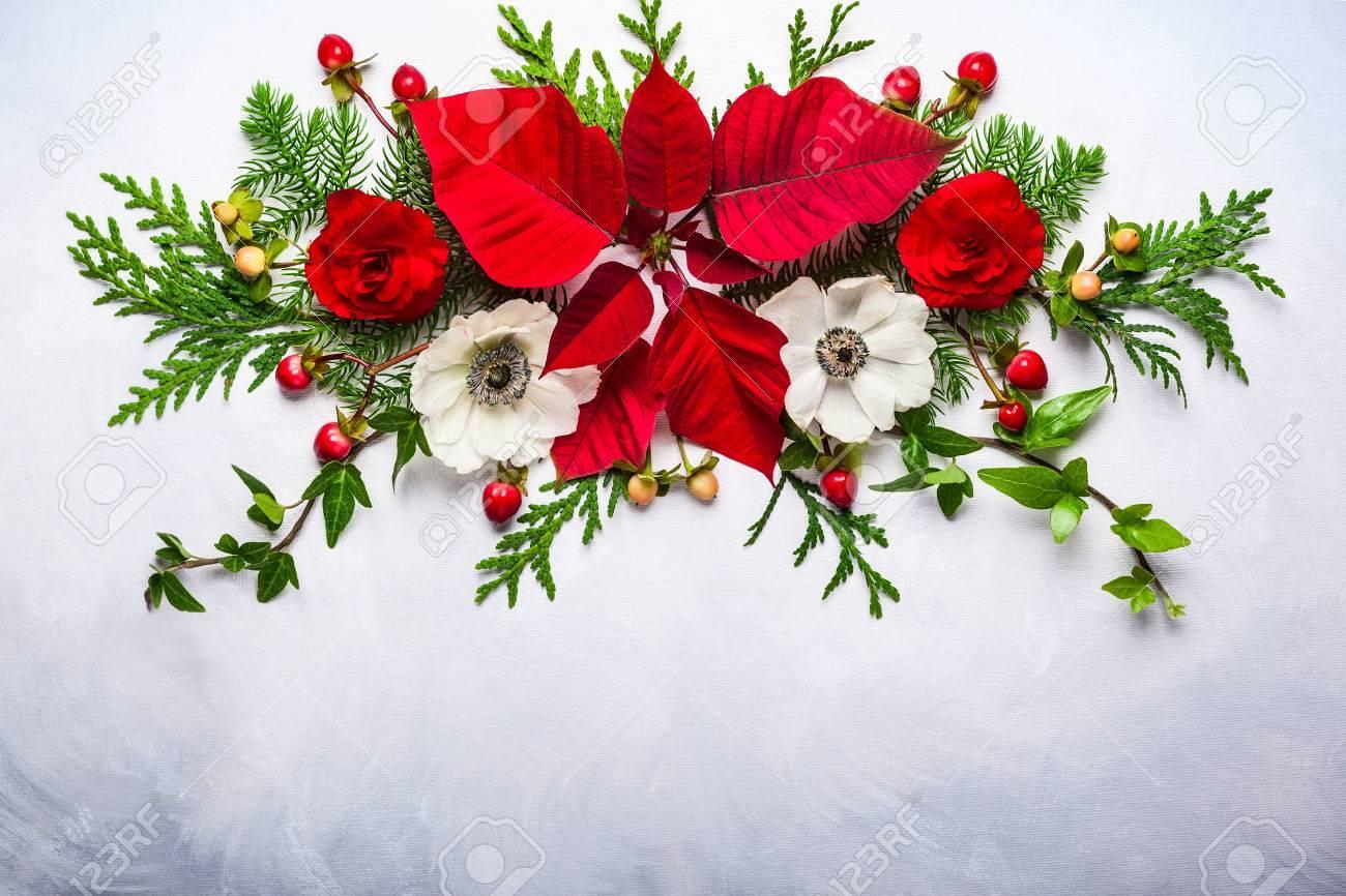 Bouquet De Noel Avec Du Houx décoration de noël avec poinsettia, houx, de lierre, gui et branches de  sapin sur le fond clair