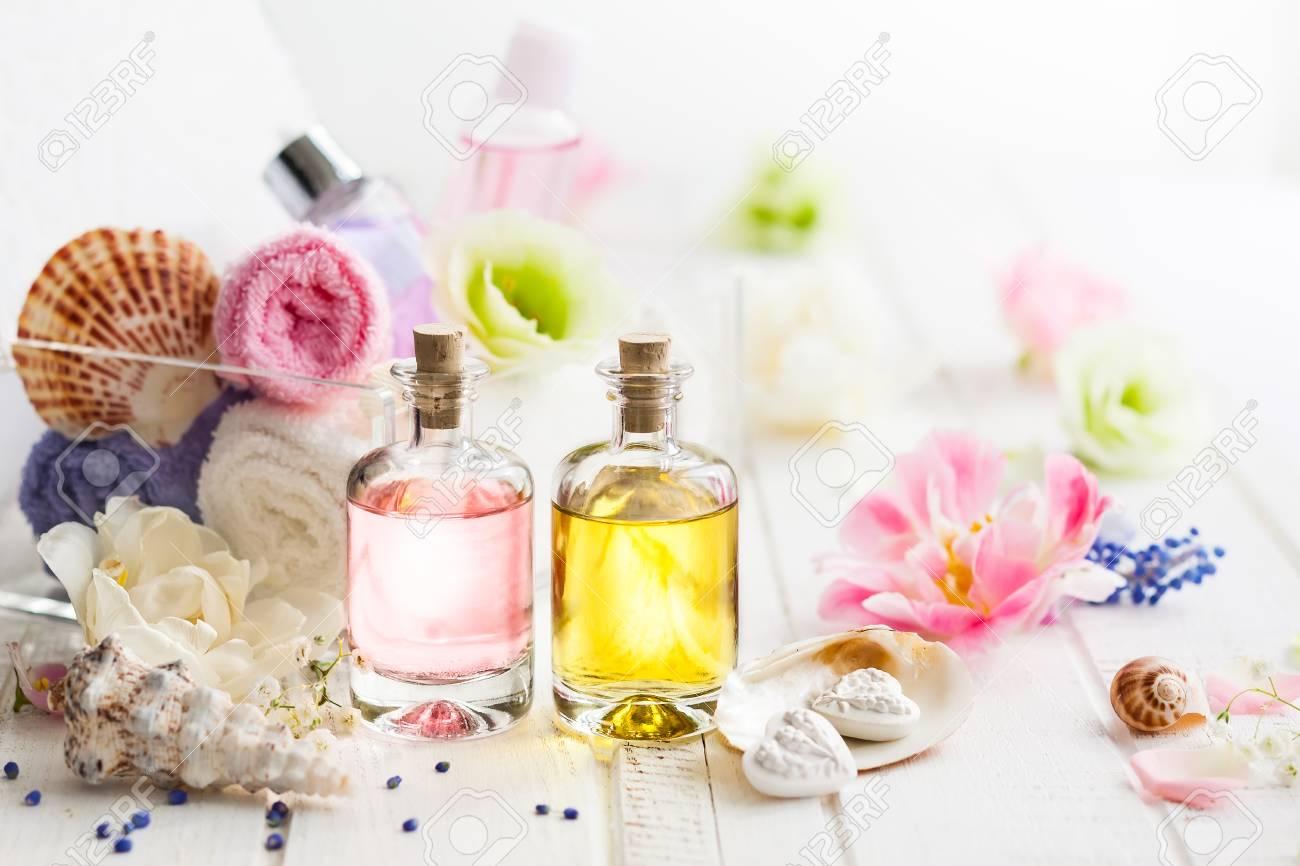 les bouteilles d'huile arôme essentiel, des serviettes de