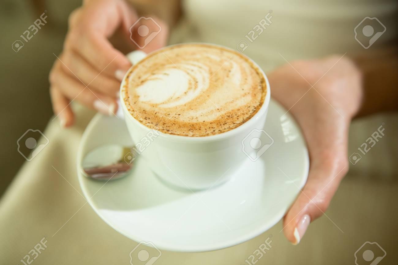 Warme Farben Getönt. Kaffee. Schönes Mädchen Trinkender Tee Oder Kaffee Im  Cafe. Schönheit Modell Frau Mit