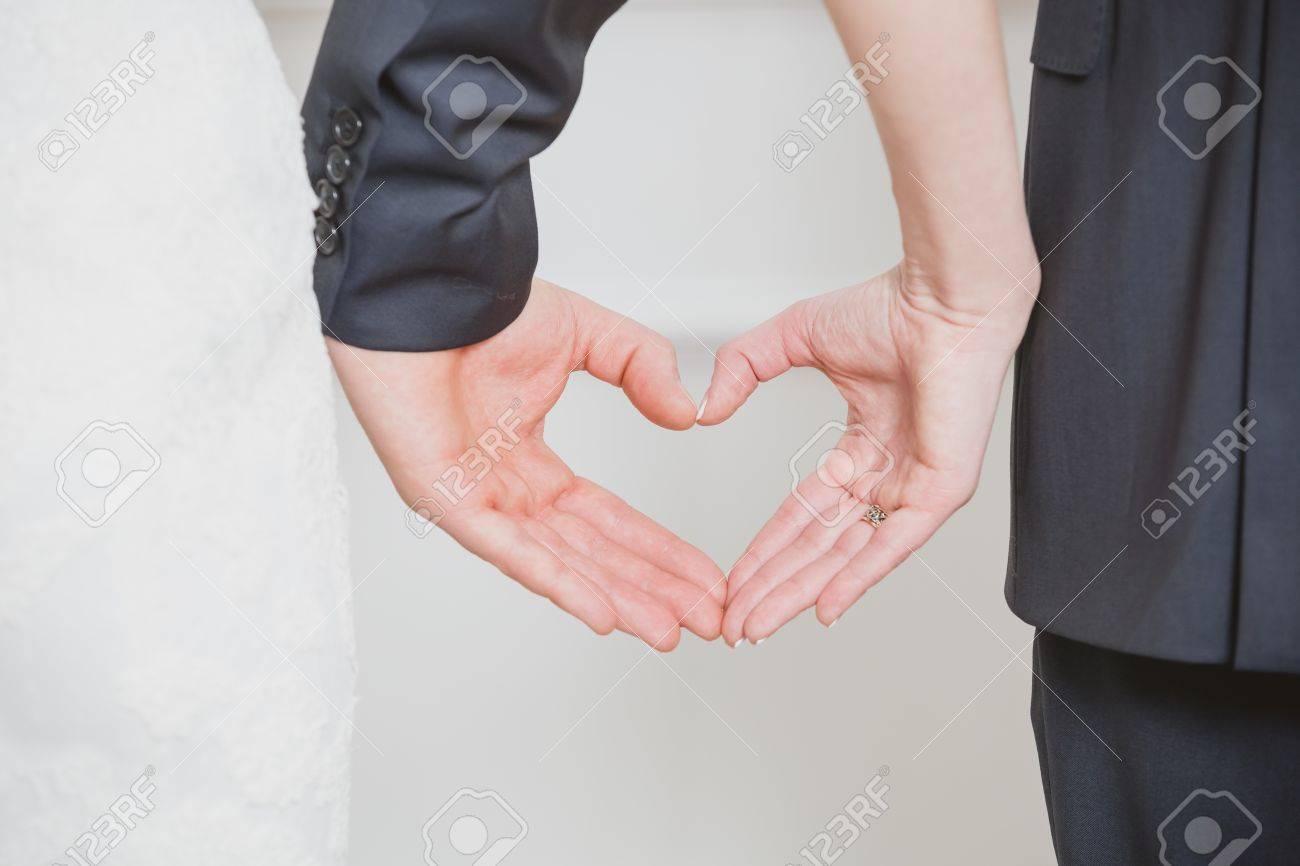 Par De La Boda Que Muestra La Forma De Corazón De Sus Manos. Todo ...