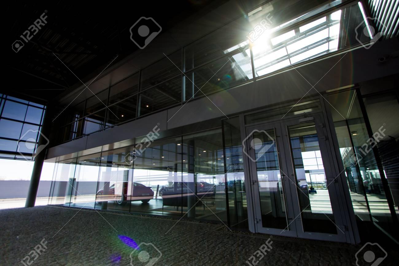 L extérieur de l immeuble de bureaux moderne en verre avec la