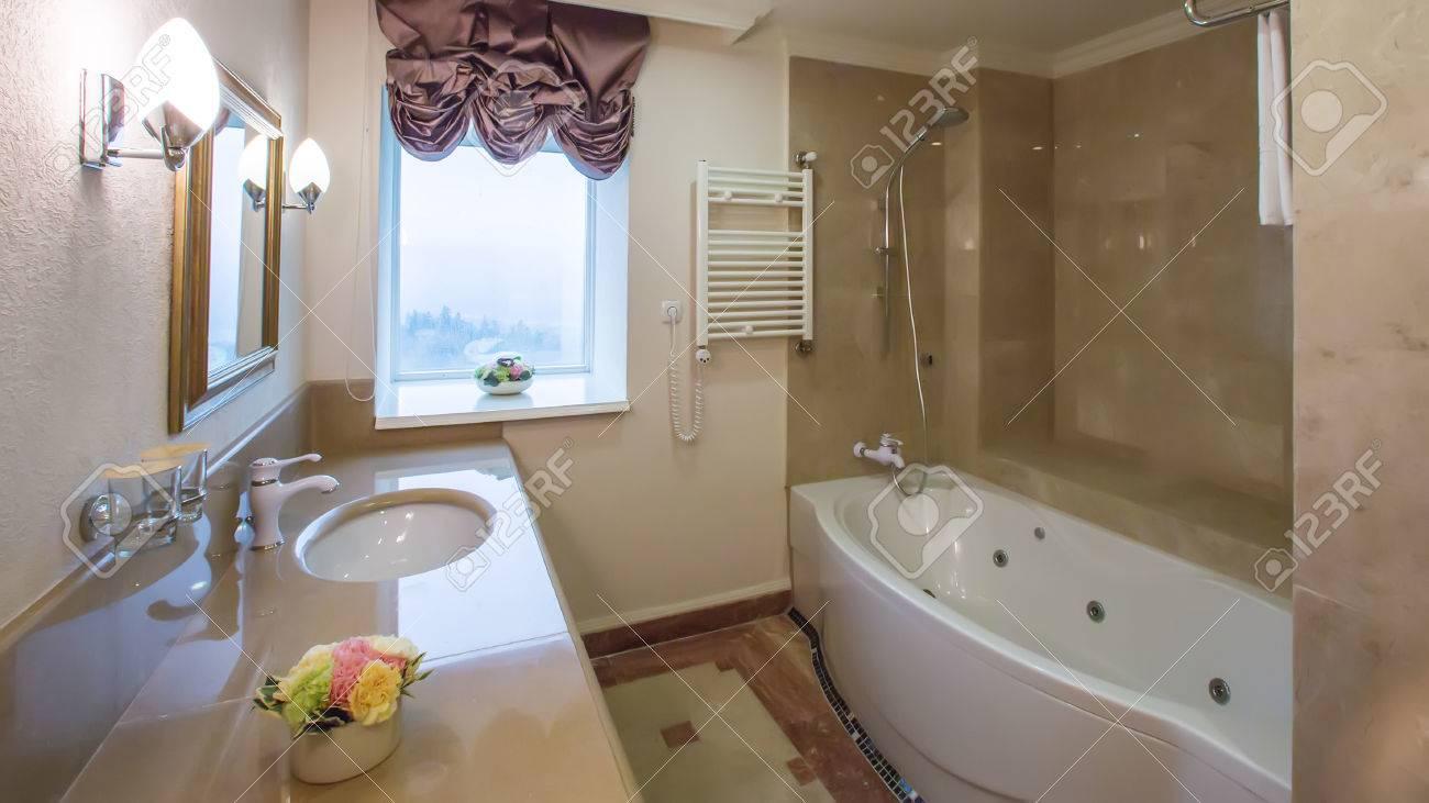 Luxus-Badezimmer Interieur Mit Granit Und Schön Geflieste Böden Und ...