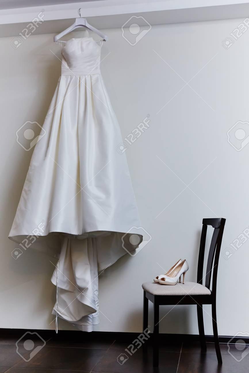 Die Weiße Schuhe Und Brautkleid Hintergrund Lizenzfreie Fotos ...