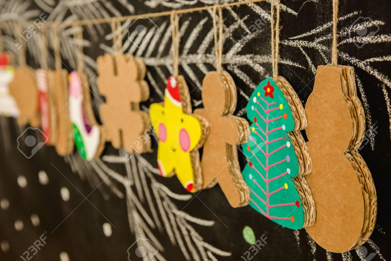 Decorazioni Natalizie Di Cartone.Giocattoli Di Cartone Per L Albero Di Natale O Ghirlanda Di Natale Decorazioni Natalizie Messa A Fuoco Selettiva