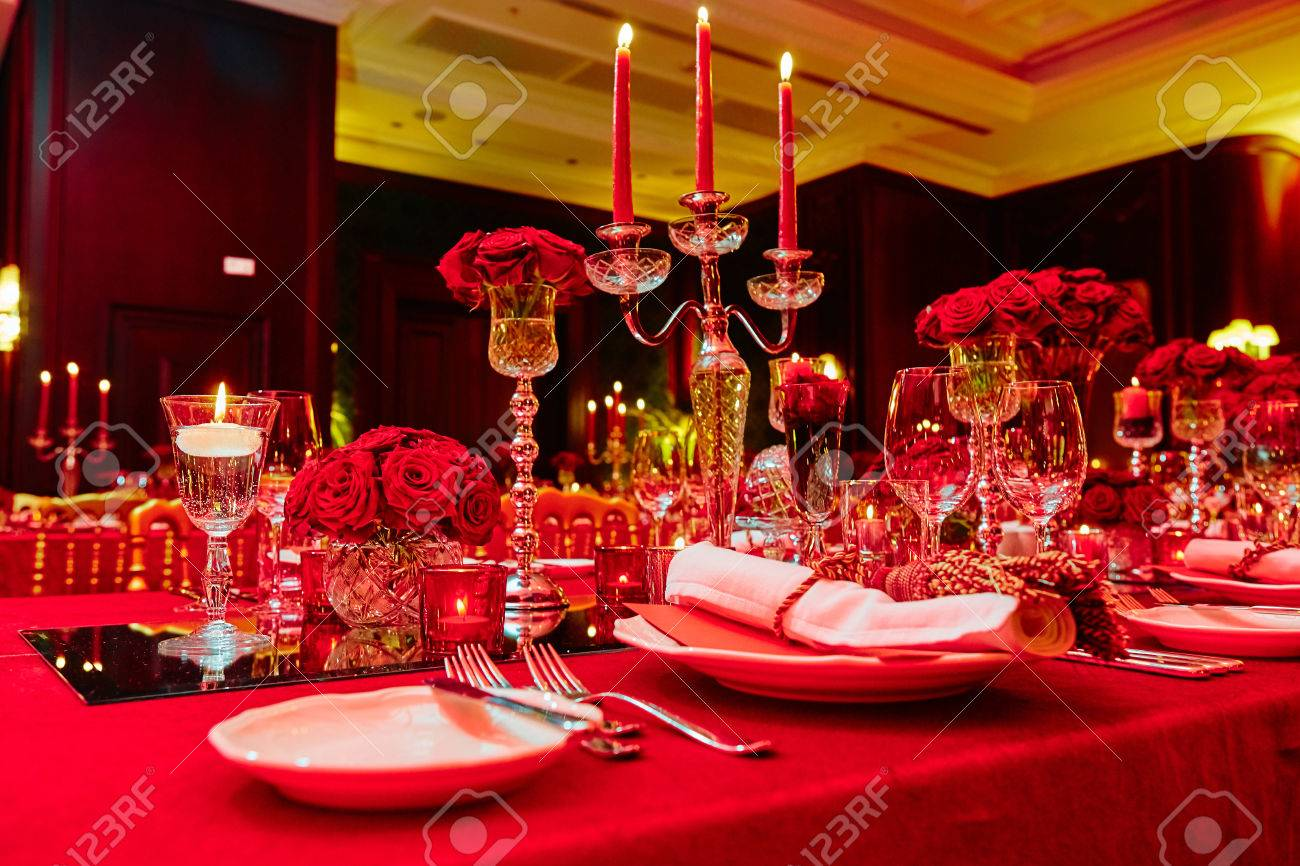 Table set for wedding or another catered event dinner in red colors Standard-Bild - 50428130