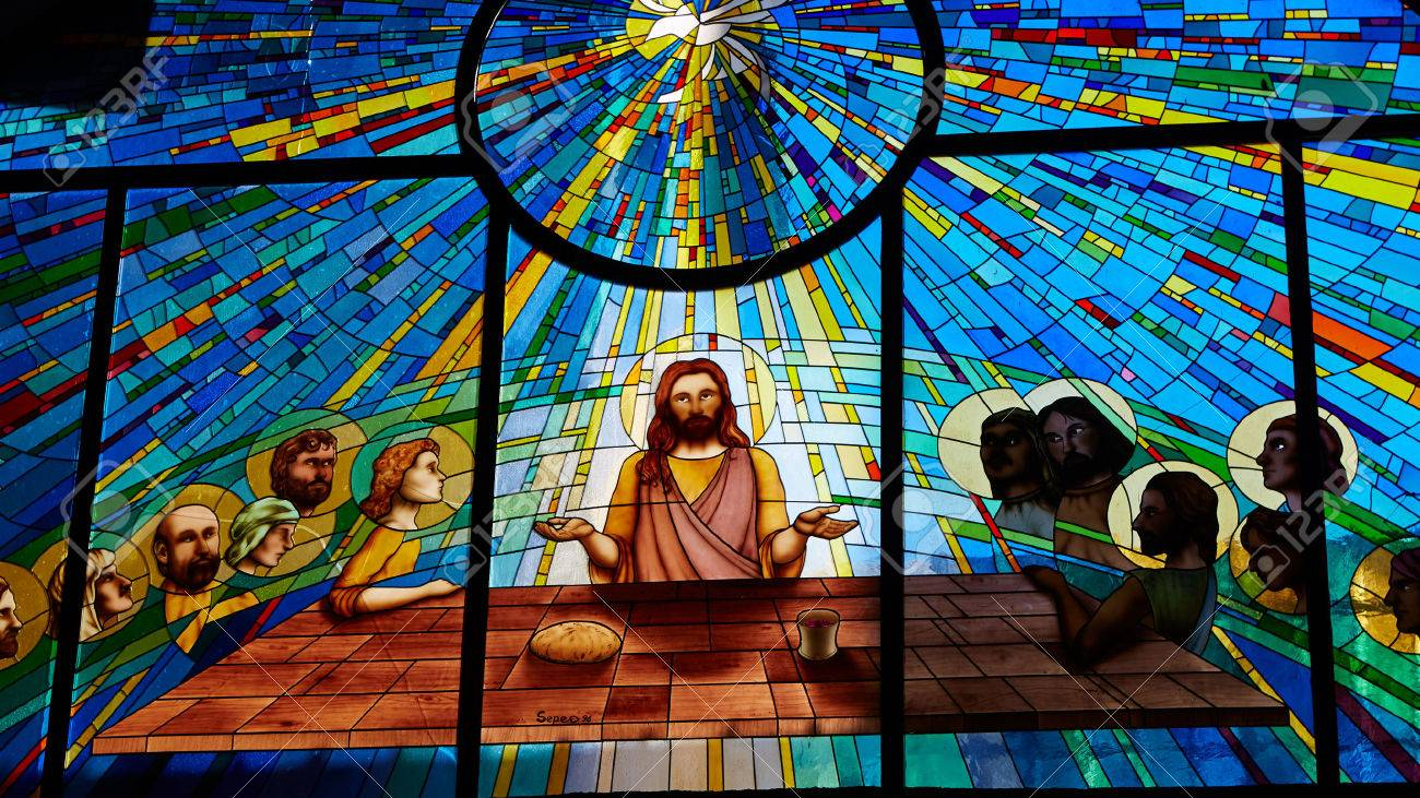 Sorrento, Italy - November 8, 2013: Stained glass window depicting Jesus and the twelve apostles on maundy thursday at the Last Supper in the cathedral Standard-Bild - 51413400