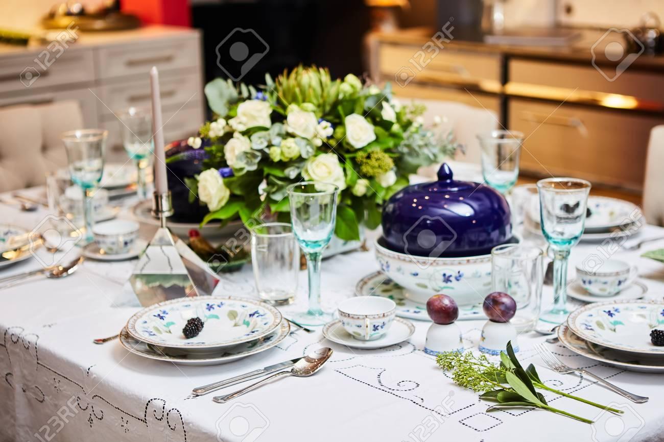 Gedeckter Tisch Zum Abendessen Bereit. Schön Dekoriert Tisch Mit ...