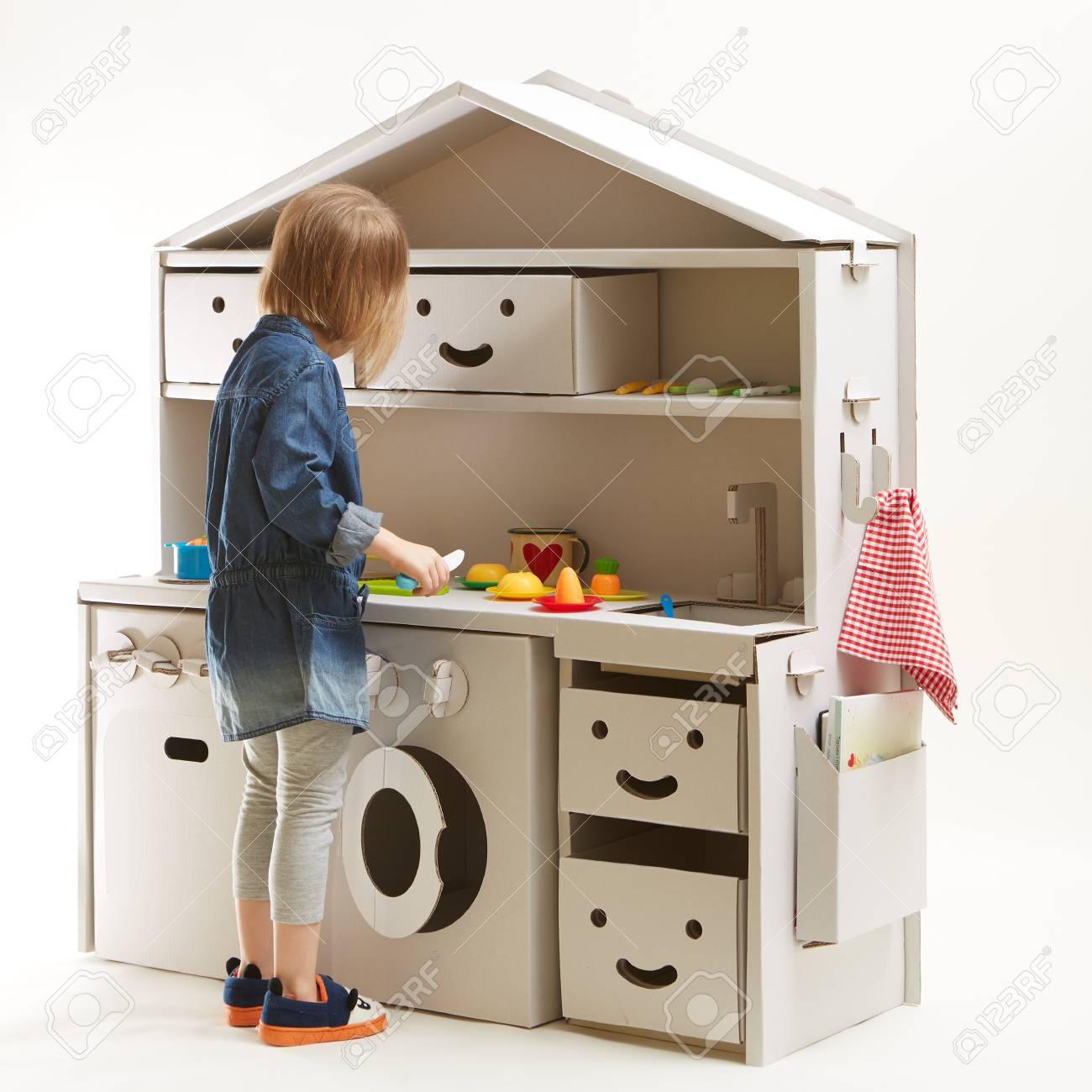 Kleinkind Mädchen Spielen Mit Spielzeug Küche Zu Hause Lizenzfreie ...