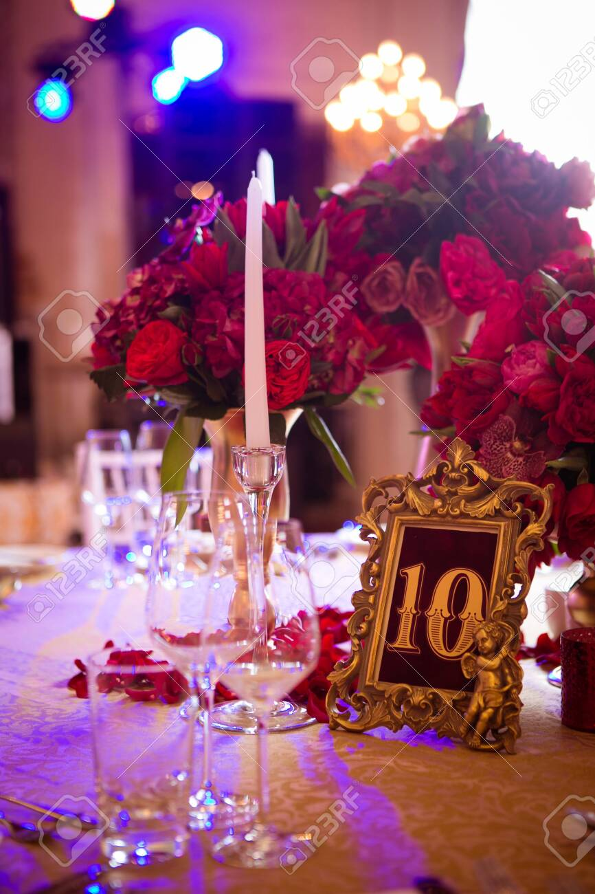 The wedding vintage table with red bouquet. - 139764527