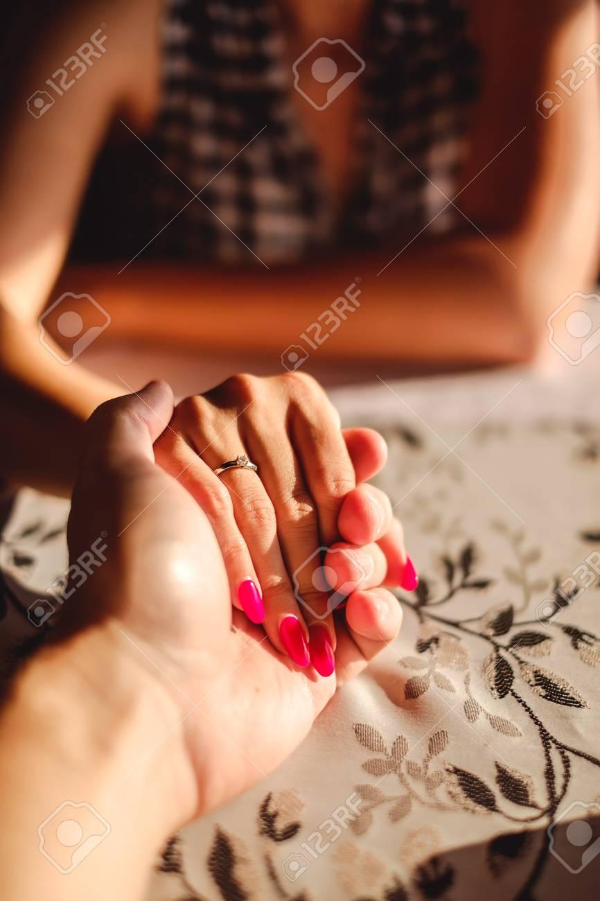 Mann Der Die Hand Der Frau Mit Verlobungsring Auf Dem Finger An