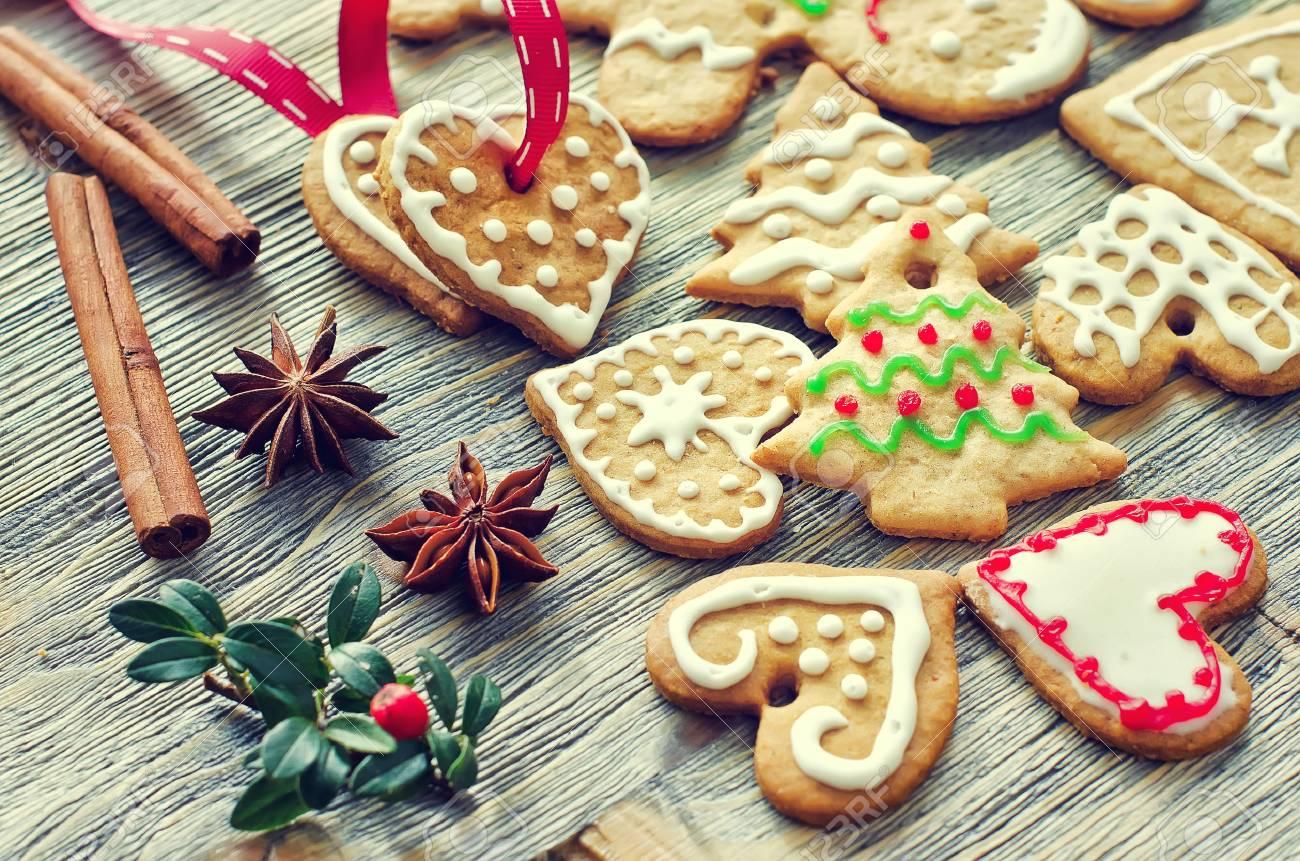 Arbre de Noël et biscuits en forme de coeur avec décoration de glaçage