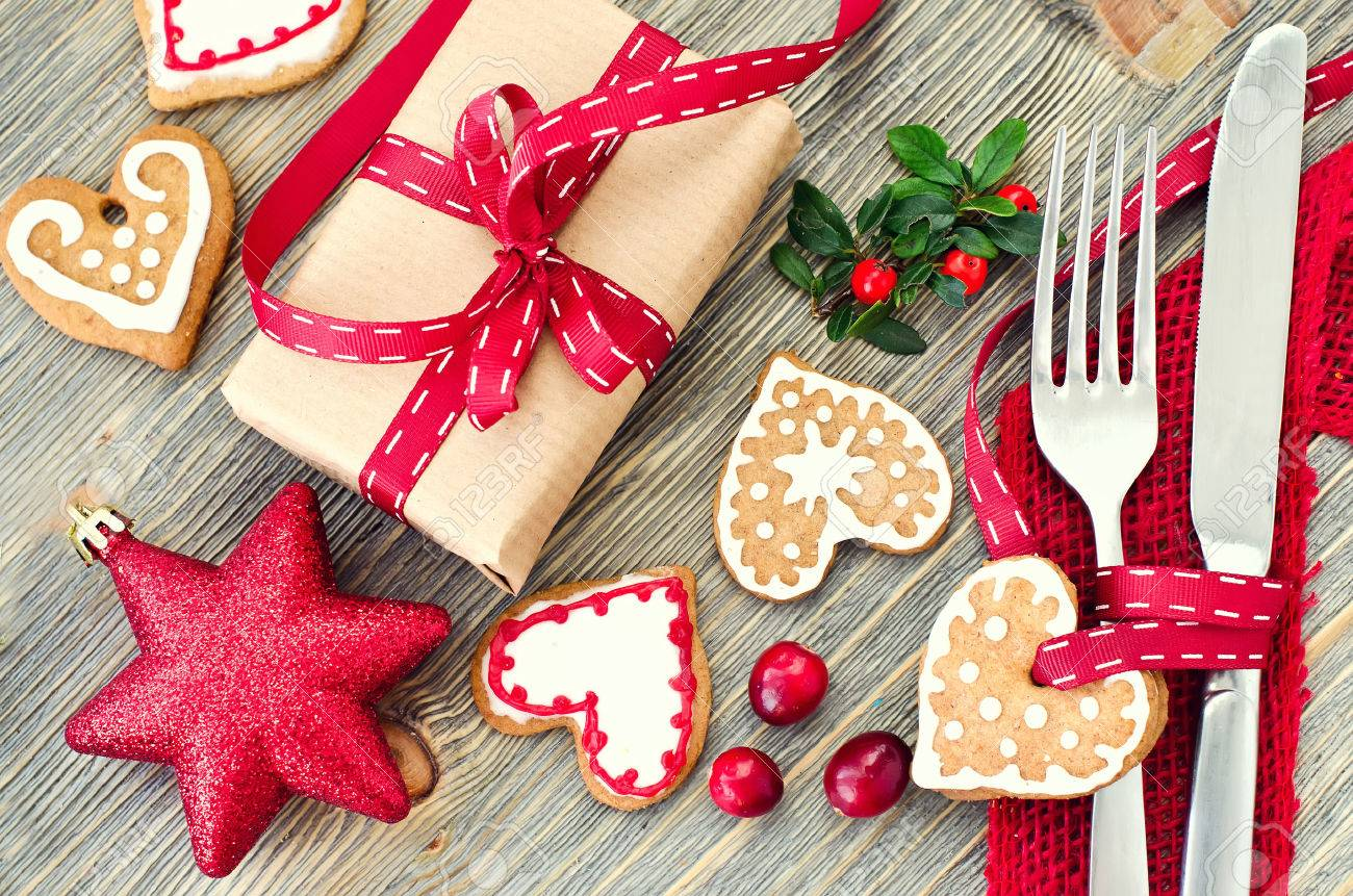 Christmas dinner decoration with gingerbread cookies and gift box - 47415614