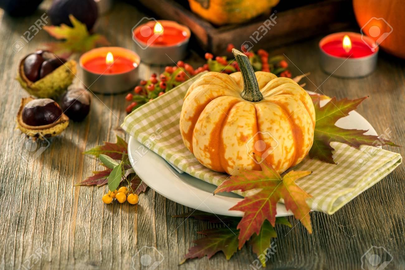 Decorazioni Autunnali Per La Casa : Tavola d autunno con pompaggi e candele decorazione della casa in