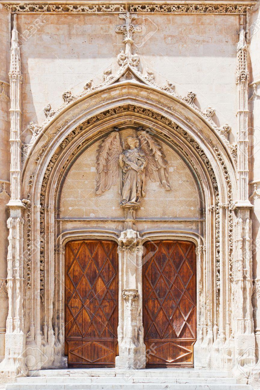 entrada de una iglesia histrica con adornos de madera y puertas antiguas foto de archivo