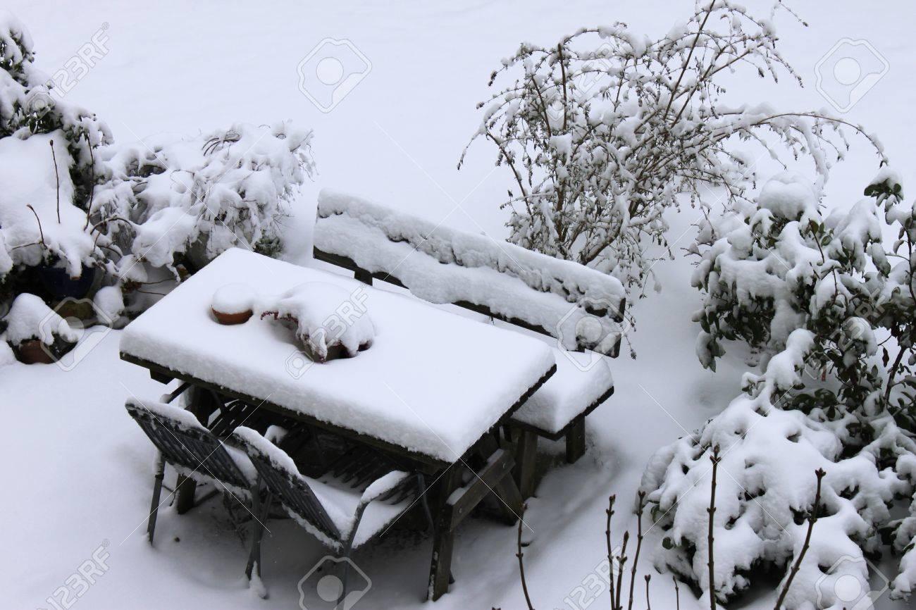 Et À Beaucoup Table Jardin Des D'hiver Avec De L'heure Neige La Chaises Vue Du Sur Yvbyf6gI7