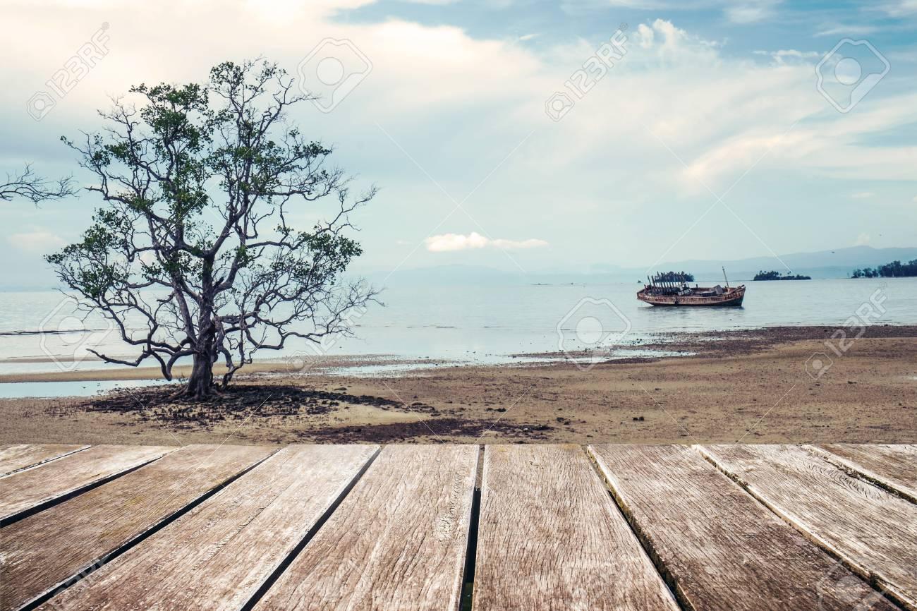 Terraza De Madera Con La Playa El árbol Y Nave De Madera Vieja