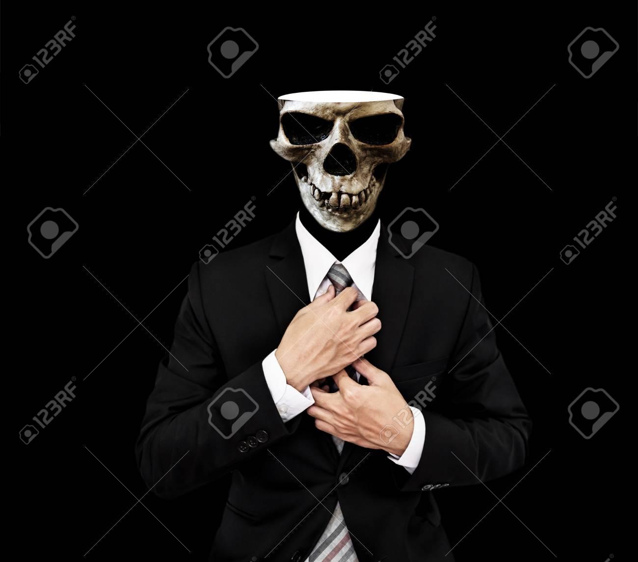 Foto de archivo - Hombre de negocios de cráneo en traje negro ec8b4e03388