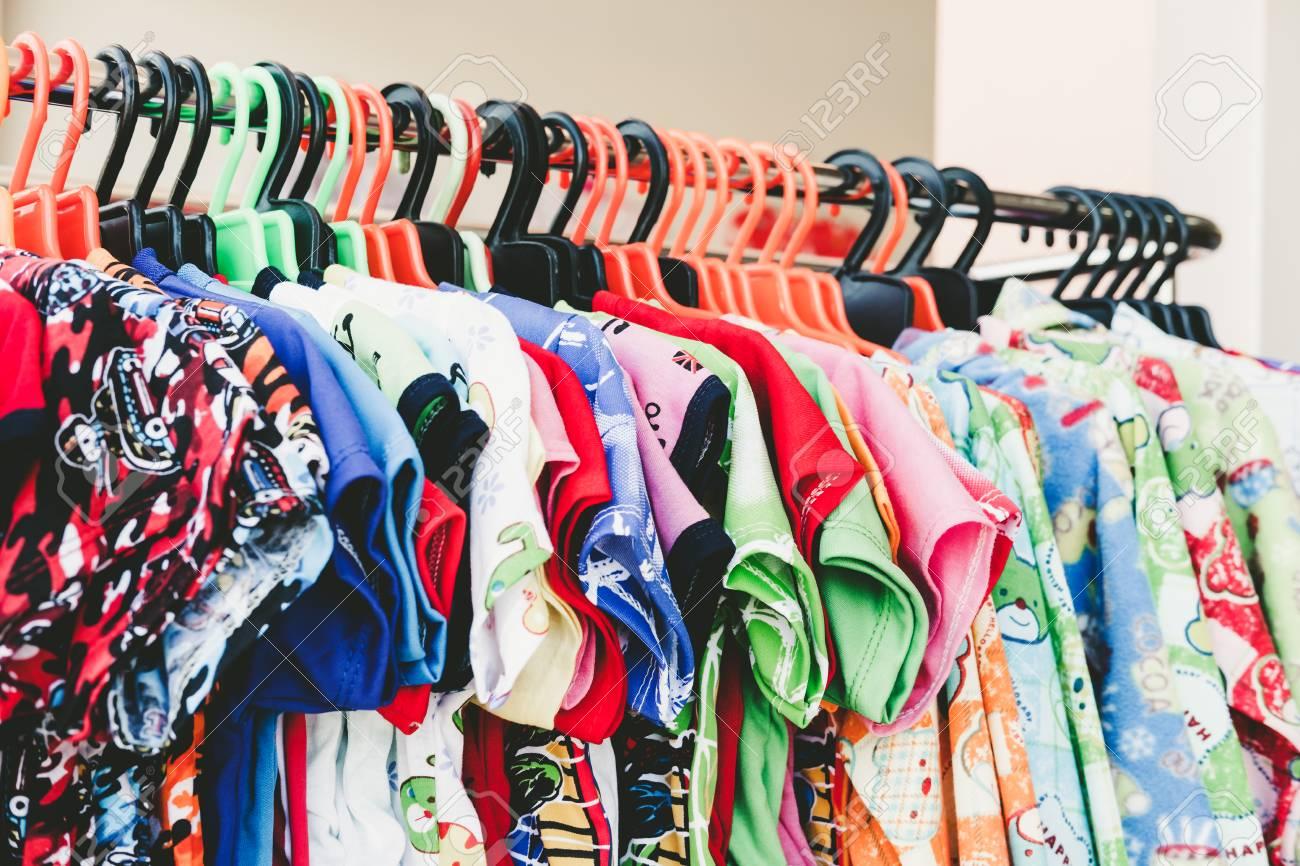 145b1dc55ef48 Banque d'images - Vêtements d'enfant coloré accrochent sur le support dans  le magasin