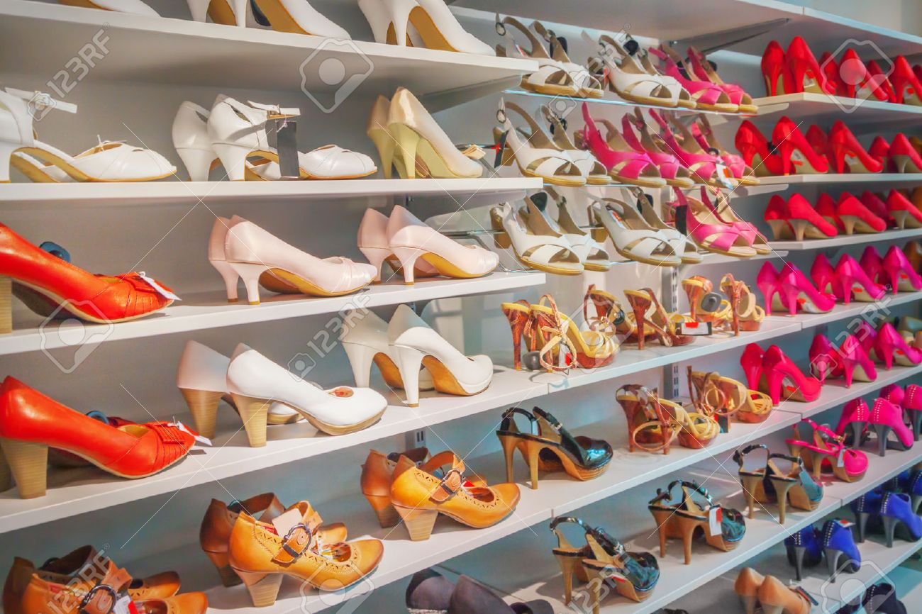 Shoes in a shoe store - 40282001