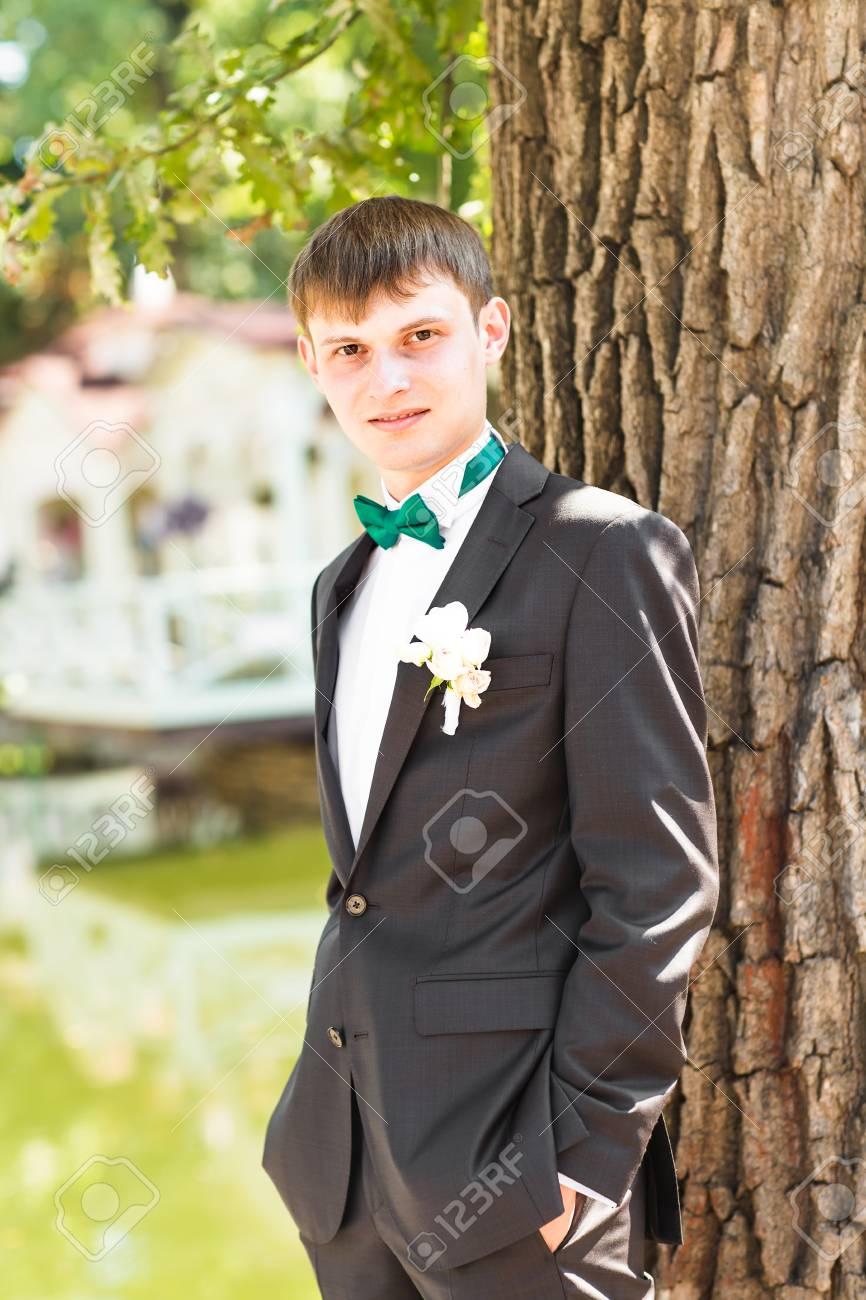 Gut Aussehend Bräutigam In Der Klage Auf Die Natur. Männliches ...
