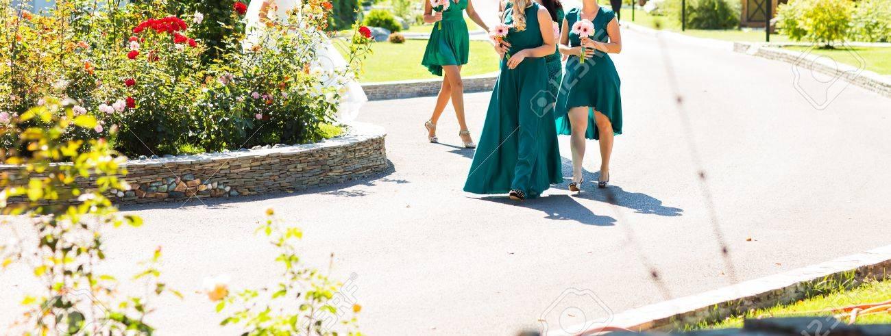 Hochzeit Bouquet Auf Der Hand Von Brautjungfer In Türkisfarbenen ...