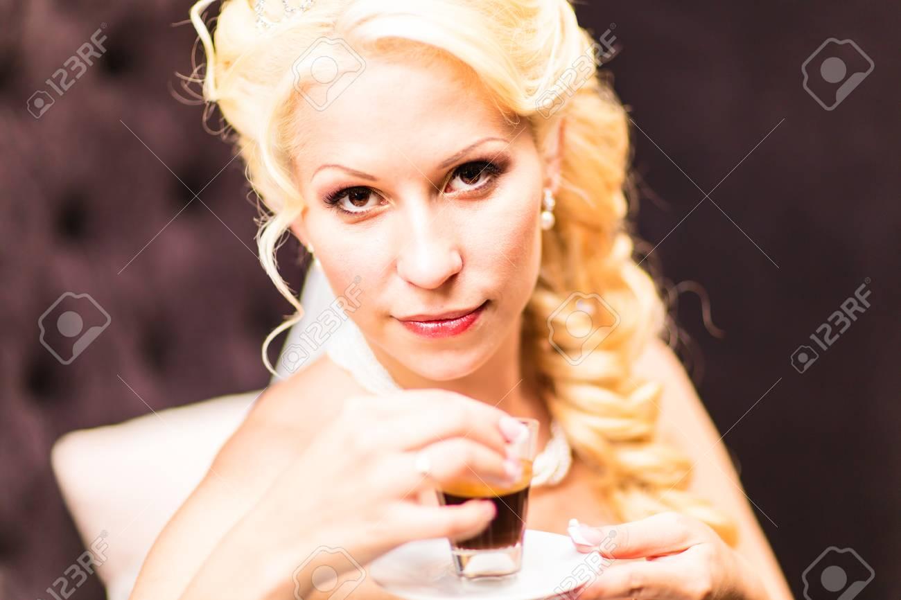 Schönheit Braut In Brautkleid Trinkt Tee Drinnen. Schöne Modell ...