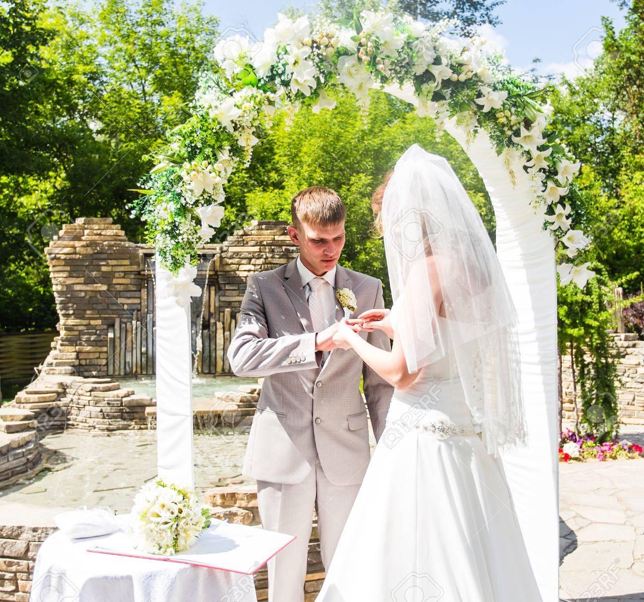 Braut Und Brautigam Schliessen Oben An Der Hochzeitszeremonie