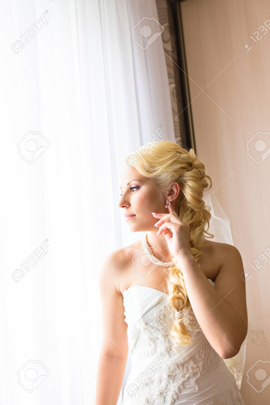 Portrait Der Schonen Jungen Frau Mit Blumen Im Haar Make Up Und