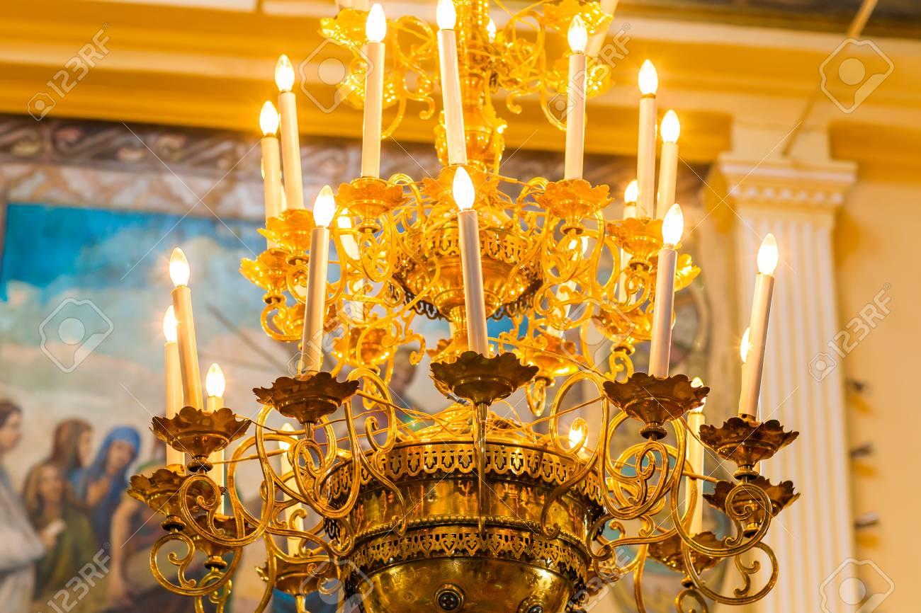 Kronleuchter Gold Kristall ~ Schöne vintage kristall gold kronleuchter in einem raum
