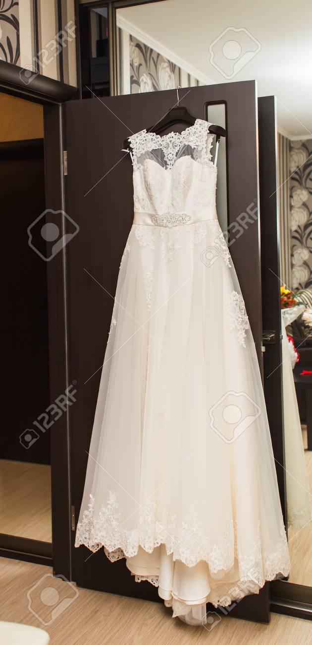 Das Perfekte Hochzeitskleid Auf Einem Aufhänger Im Raum Der Braut ...