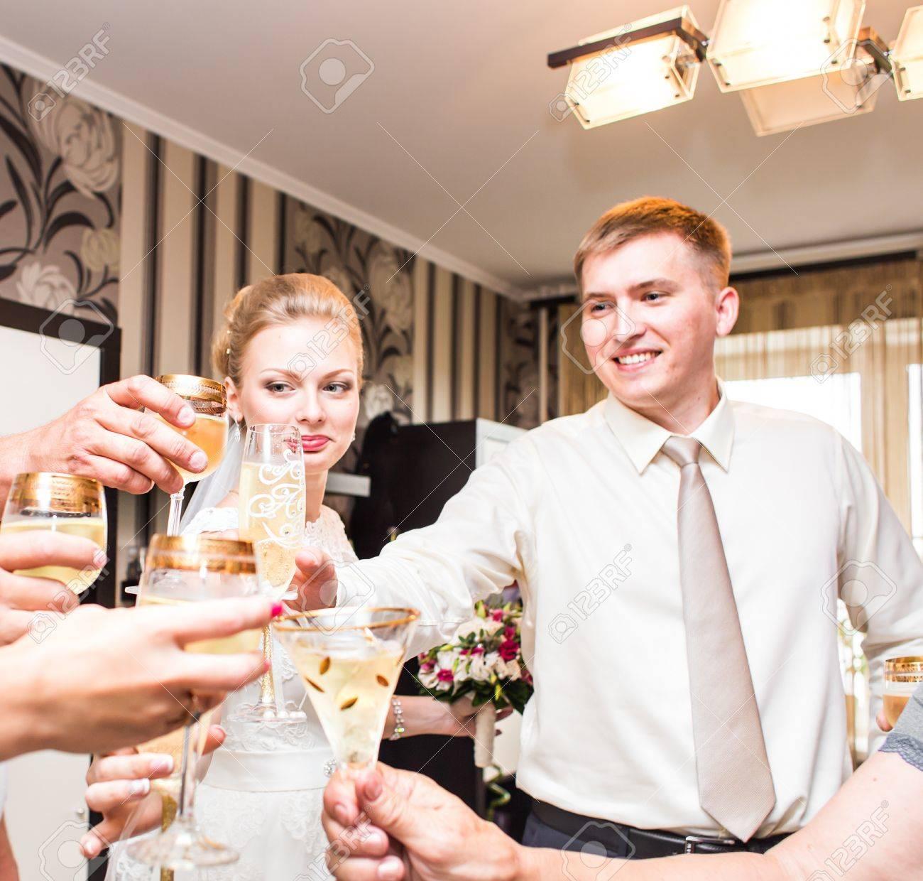 Hochzeitsgaste Klirren Glaser Hochzeit Party Drinnen Lizenzfreie