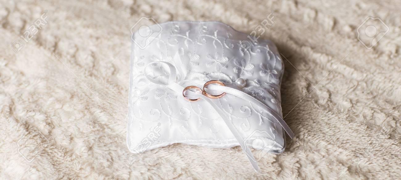 Nahaufnahme Von Hochzeitsringen Zwei Goldene Eheringe Schmuck Fur