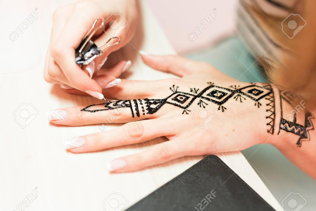 Artiste Application Tatouage Au Henne Sur Les Femmes Mains Mehndi