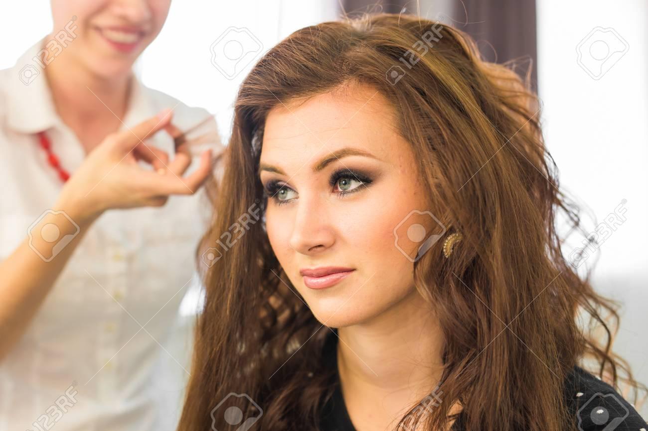 Closeup Friseur Friseur Macht Frisur Für Junge Frau Lizenzfreie