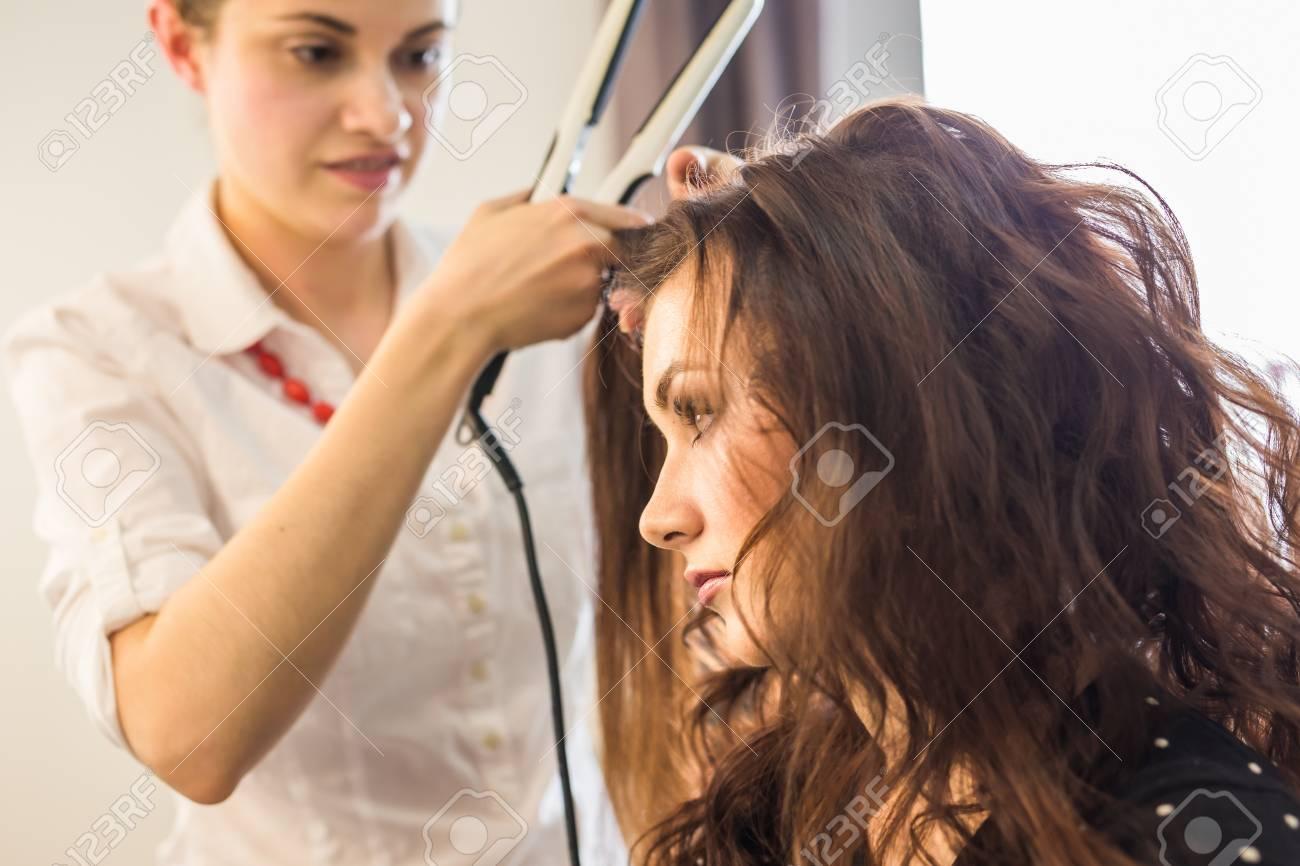 Nahaufnahme Friseur Friseur Macht Frisur Für Junge Frau Lizenzfreie