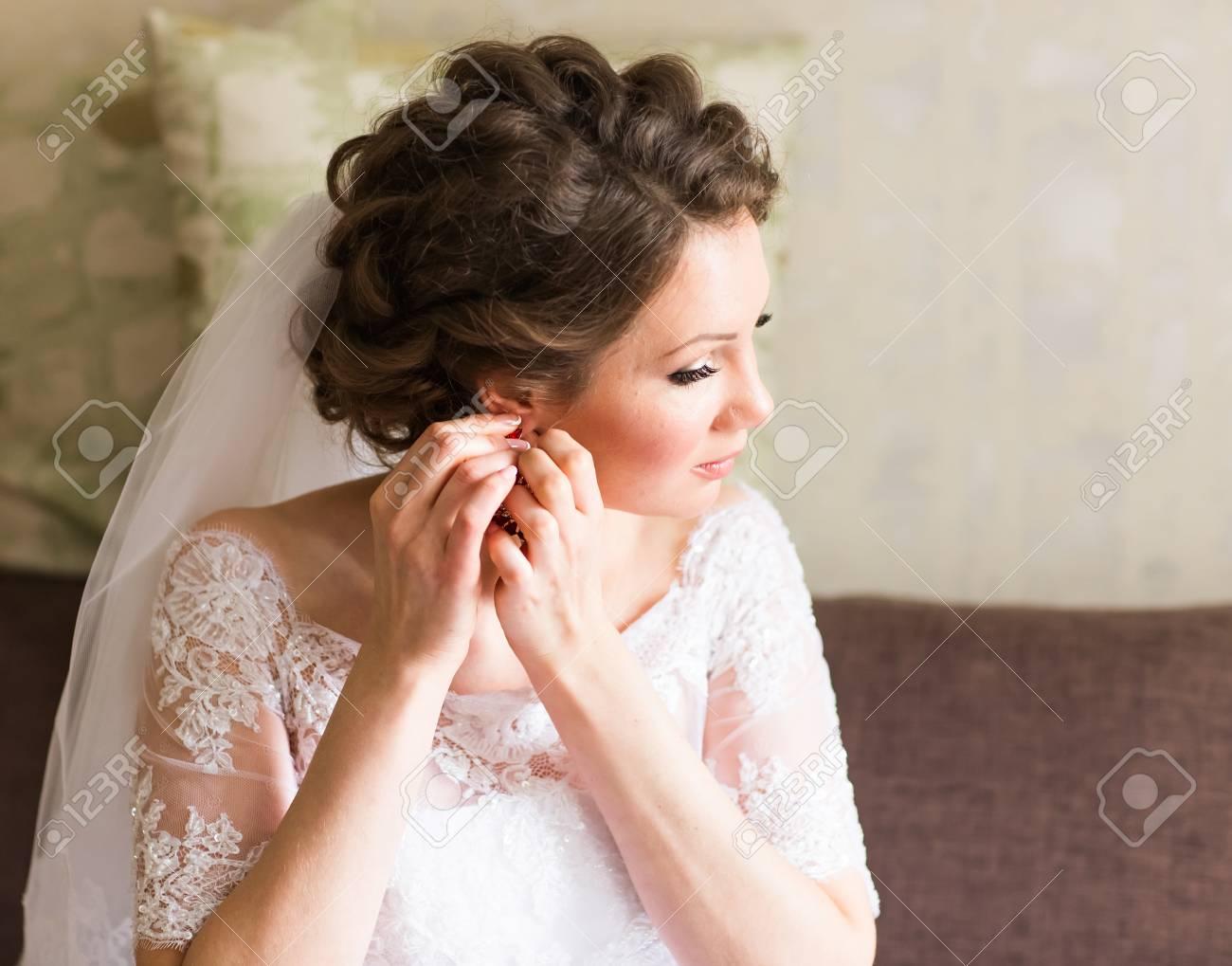 Hochzeit Ohrringe Auf Eine Weibliche Hand, Nimmt Sie Die Ohrringe ...