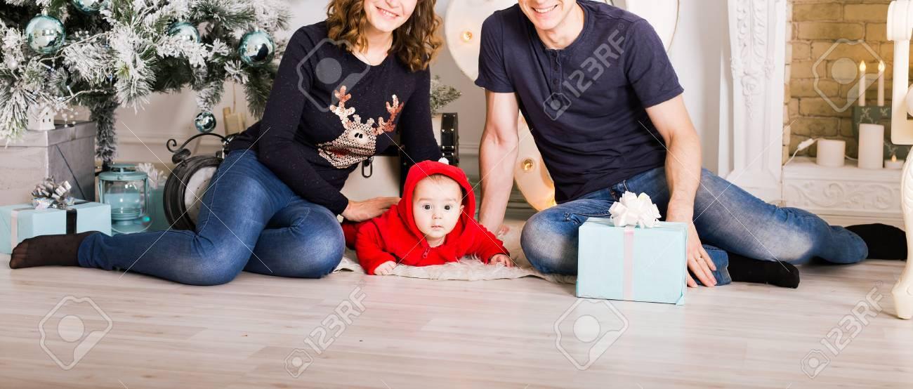 Glückliche Familie, Die Weihnachtsgeschenke Nahe Weihnachtsbaum Hält ...