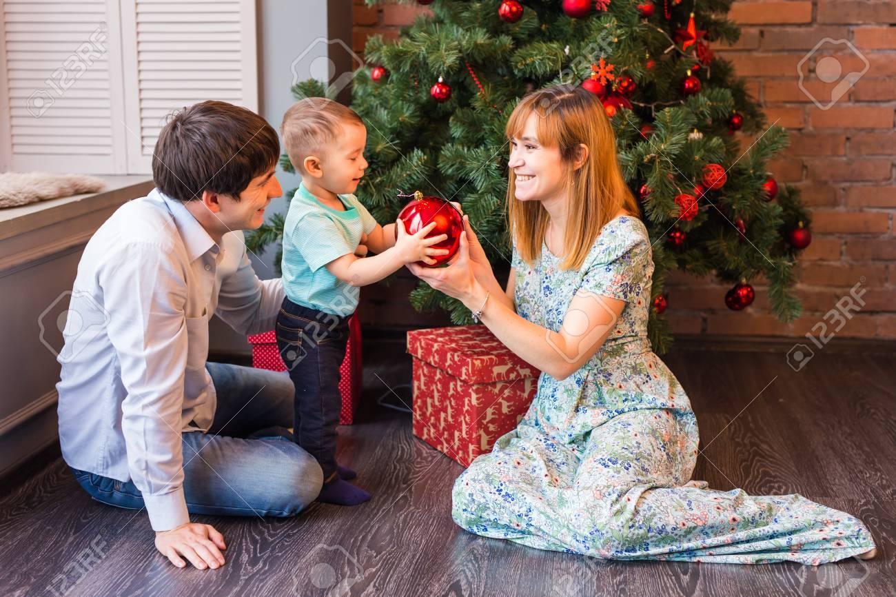 Weihnachten Familien Mit Kindern Weihnachtsgeschenke Zu öffnen ...