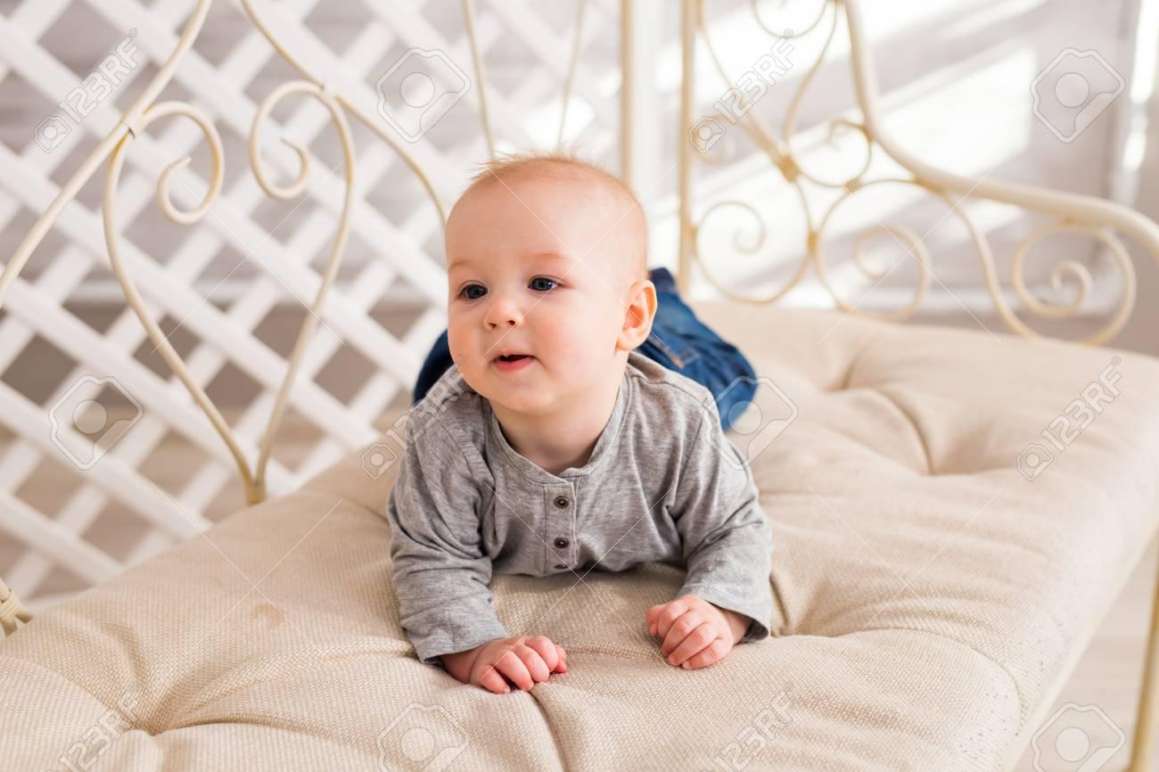 Bebe Adorable En El Dormitorio Soleado Blanco Recien Nacido - Cama-para-nios-pequeos