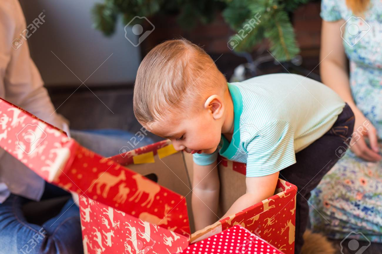 Weihnachten Familien Mit Kindern. Glückliche Kinder-Öffnungs ...