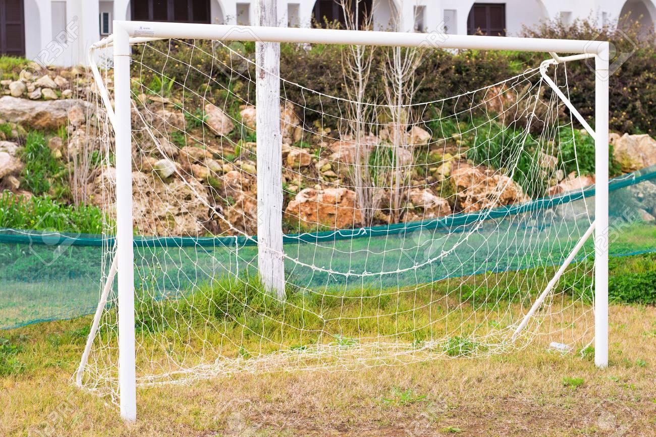 soccer goal con el campo fotos retratos imágenes y fotografía de