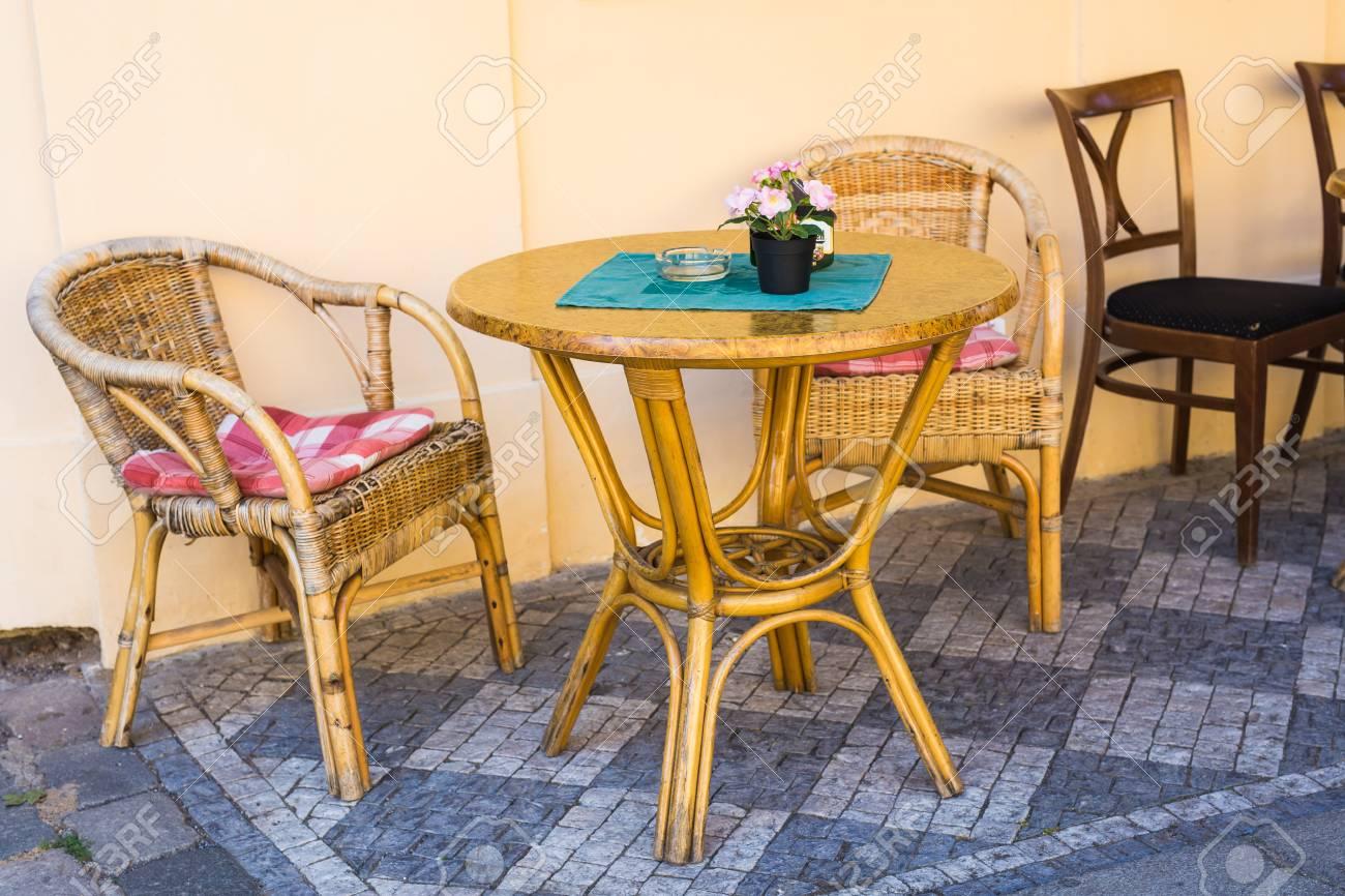 Sedie In Vimini.Terrazza Caffe Vecchio Stile Tavoli E Sedie Di Vimini In Un Caffe